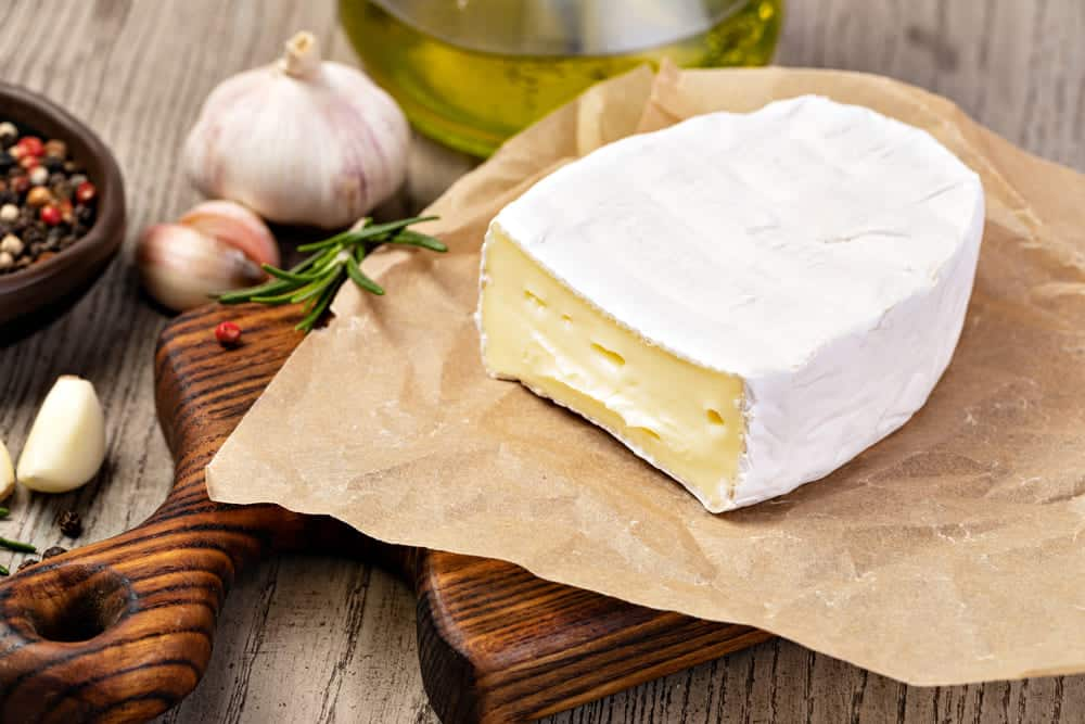 what does brie cheese taste like